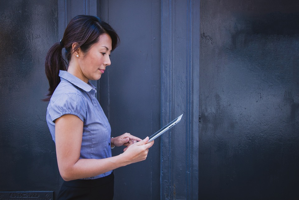 A woman looking at a website of movers Elizabeth NJ.