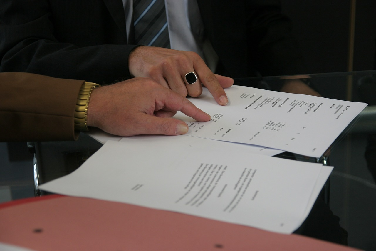 people reading a contrat