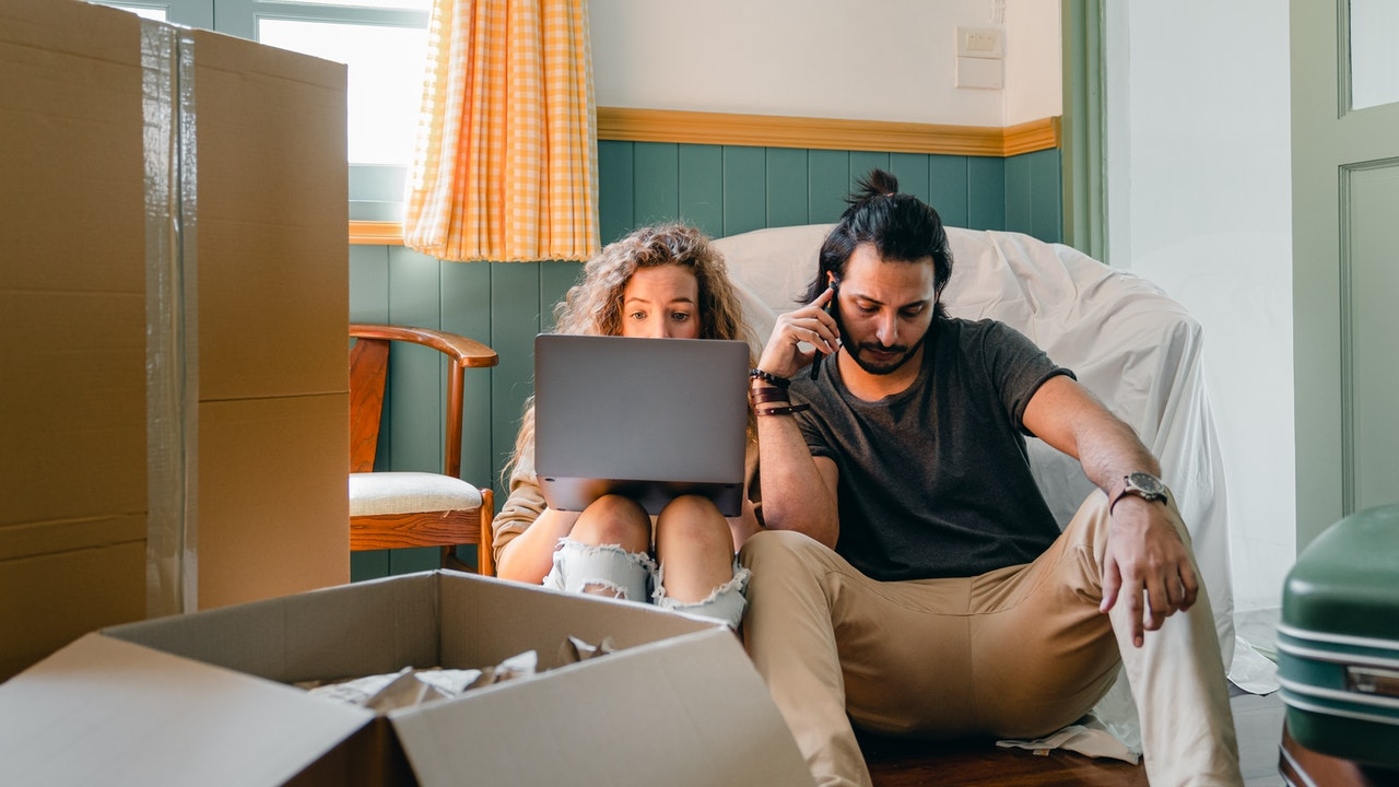 a couple trying to find reliable movers in Newark
