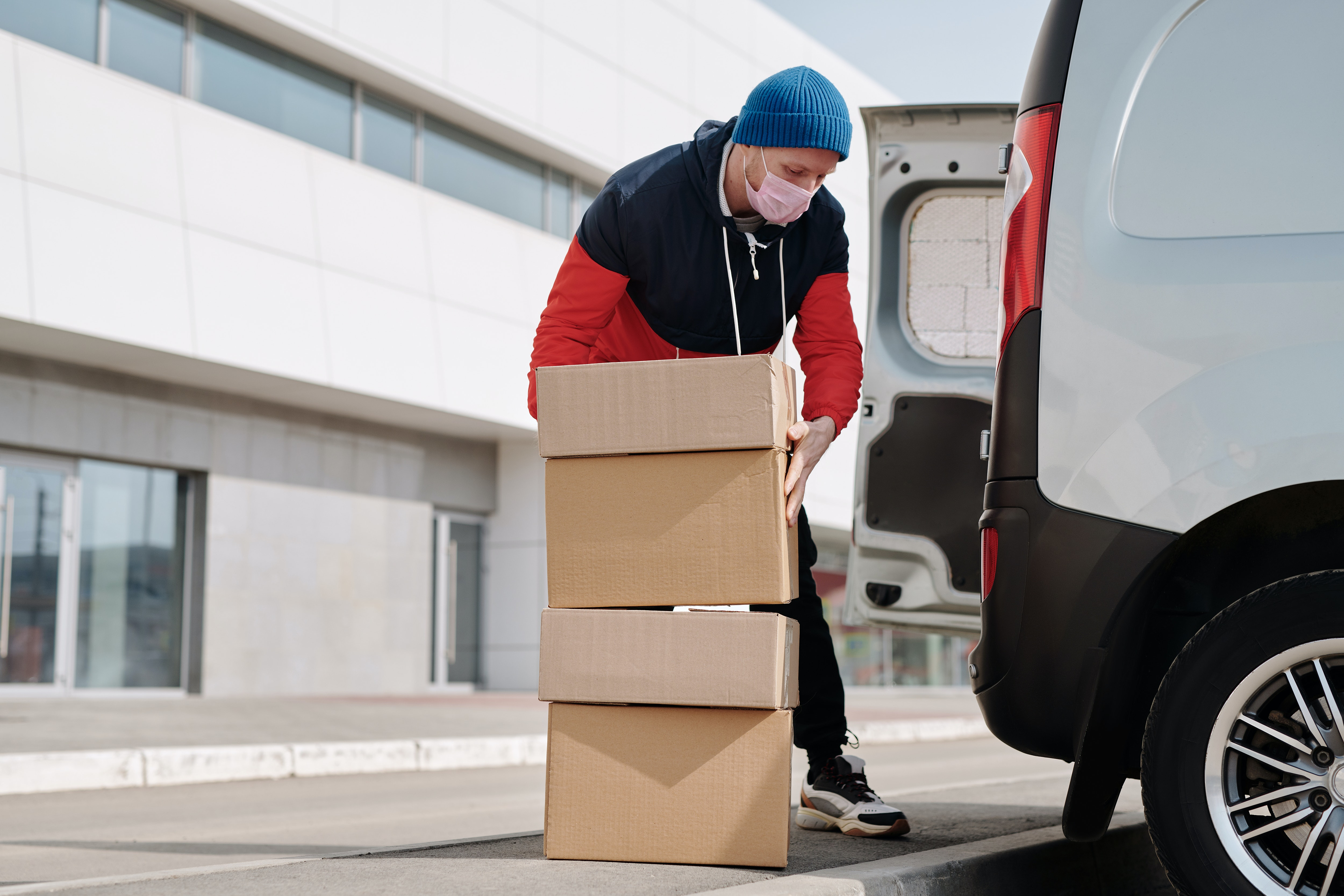 organize a safe long distance move with the help of a man